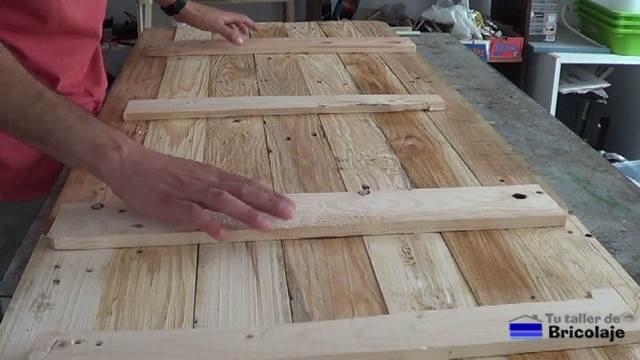 listones de madera en la trasera para hacer el cabecero para la cama