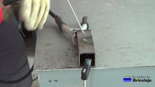 soldadura de arco para tapar un agujero en hierro o metal