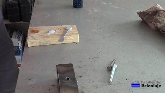 preparando la soldadura en frío para tapar o rellenar un agujero en hierro o metal