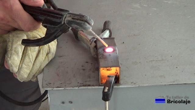 aplicando soldadura de arco para tapar o rellenar un agujero