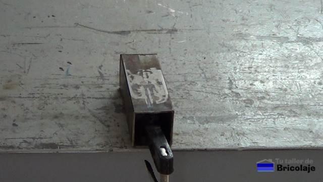 agujero tapado o rellenado en el metal o hierro con fibra de vidrio