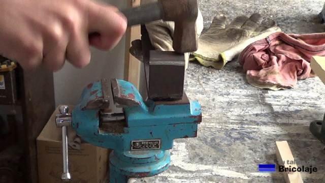ayudándonos del martillo, si fuera necesario, para realizar el doblez