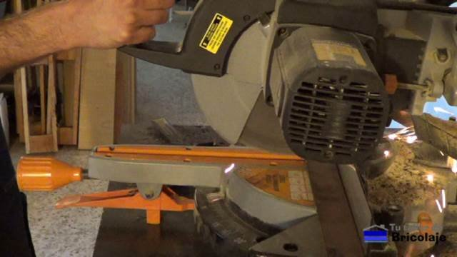cortando la pletina para realizar el doblez