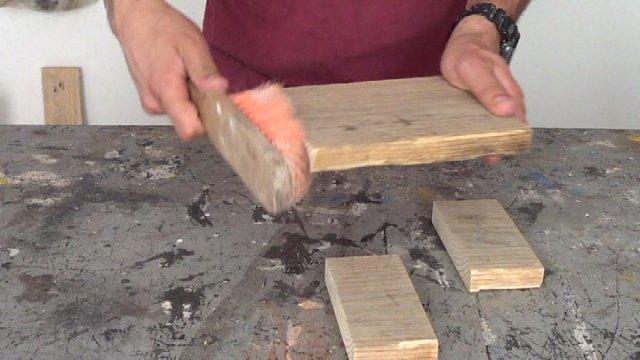 limpiando la madera después de lijarla