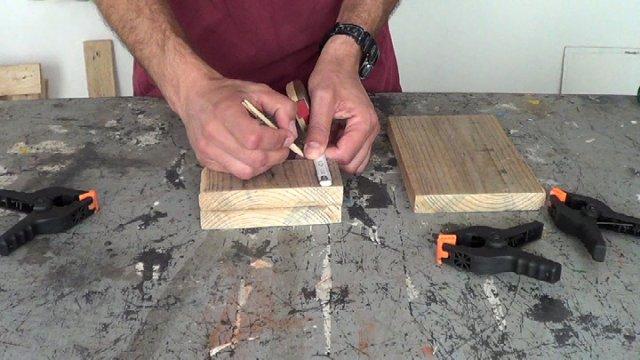 marcando el lugar donde perforar la madera para colocar los cancamos abiertos