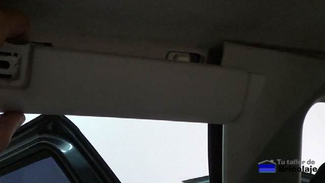 retirando las molduras plásticas del techo