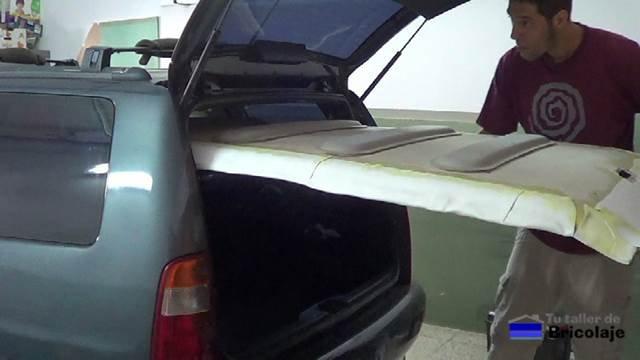 colocando el techo con el nuevo tapizado en el interior del coche
