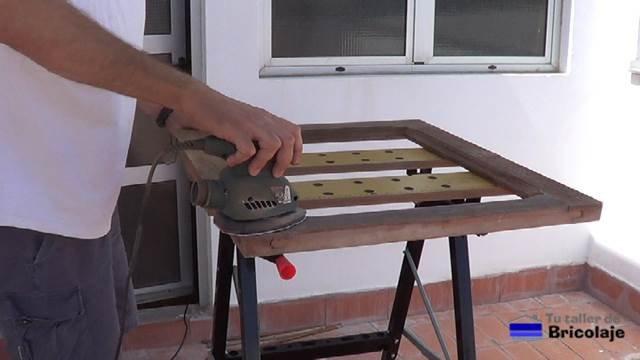 lijando la ventana de madera