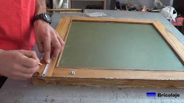 midiendo para colocar los cancamos cerrados para sujetar el espejo a la pared