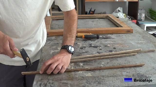 retirando las tachas o clavos a los junquillos de la ventana