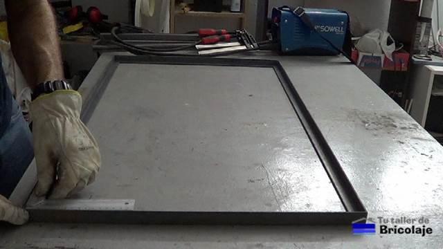 presentado a escuadra los ángulos para la parte superior de la mesa de centro de hierro