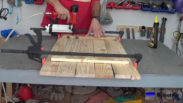 sujetando los listones de madera para hacer la cubierta