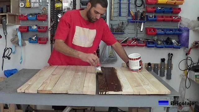 aplicando tinte a la cubierta superior e inferior de la mesa de centro