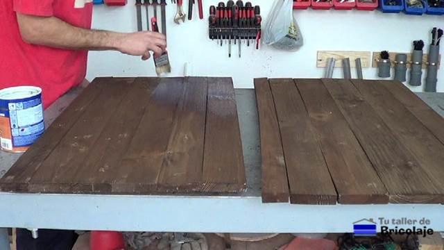 aplicando barniz incoloro a la cubierta superior e inferior de la mesa de centro