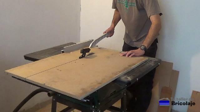cortando la madera en dm que será la base de la mesa recibidor