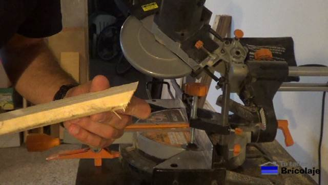 cortando a bisel la madera de palets