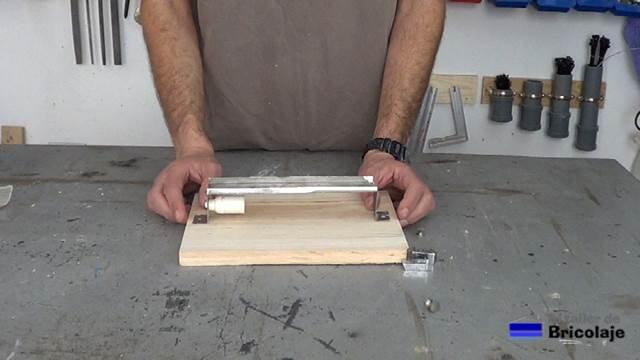 presentando el soporte de pared a la madera para convertirlo en un aplique de pared