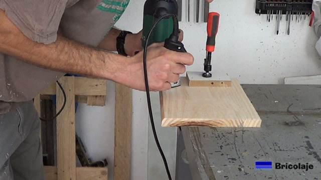 pasando la fresadora o router a los cantos de la madera