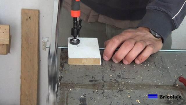 cortando la varilla roscada con la sierra