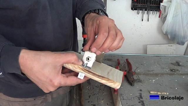 presentando el soporte en la madera de pino