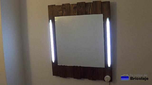 Cómo hacer un espejo de palets y led