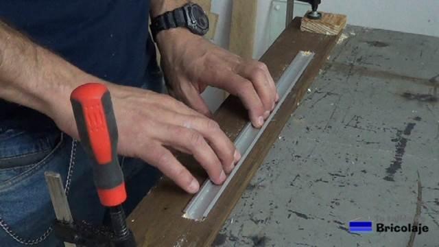 presentado el perfil de aluminio para la tira de led sobre la madera de palet