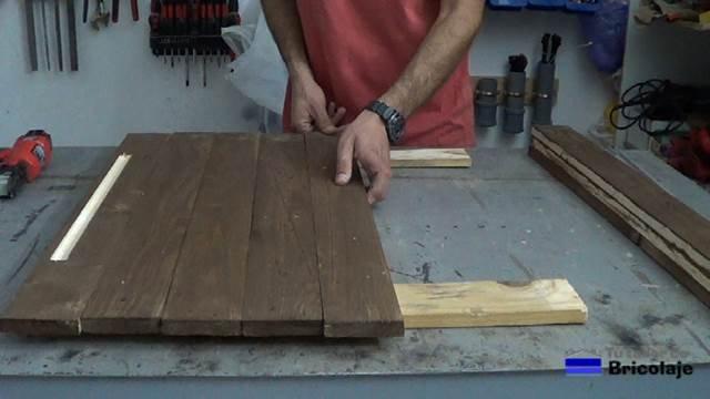 presentando las maderas que formarán el espejo de palets para sujetarlas a otra madera