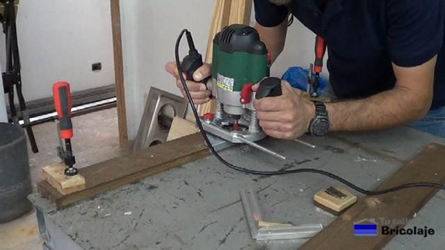 fresando la madera para colocar el perfil para la tira de led