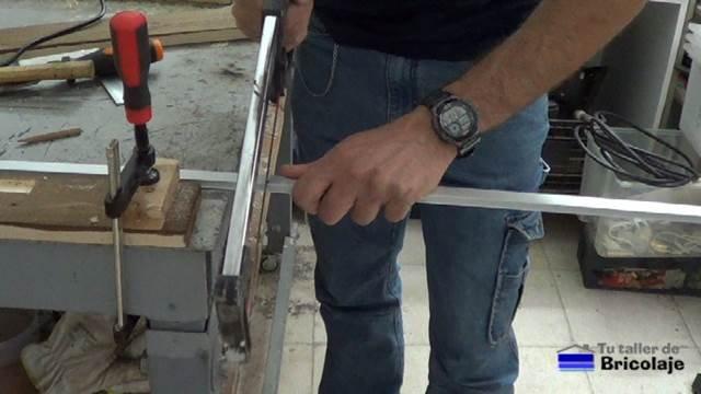 cortando el perfil de aluminio que alojará la tira de led