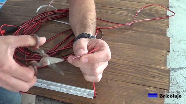 pelando las puntas de cable para alimentar la tiras de led