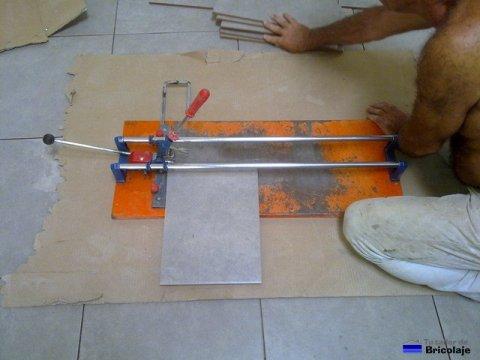cortando la plaqueta con la cortadora de cerámica