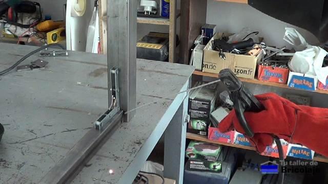 soldando los largeros a las patas con las escuadras magnéticas caseras