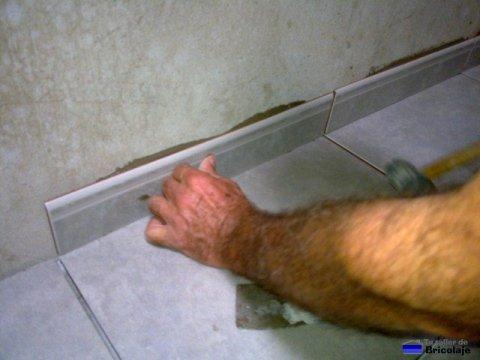 ajustando el rodapié con el martillo de goma