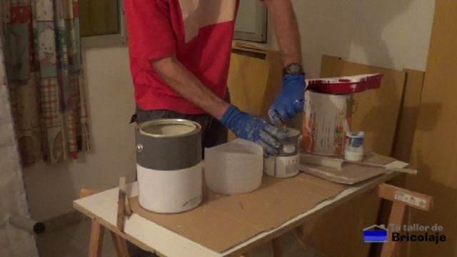 realizando la mezcla de la pintura de dos componentes