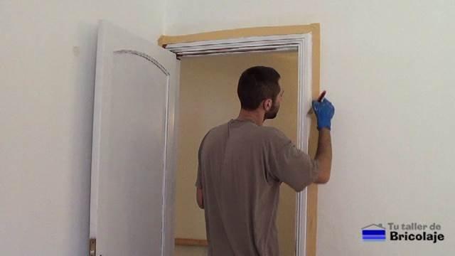 realizando los recortes del bastidor con respecto a la pared sin pintar nada gracias a la cinta de carrocero