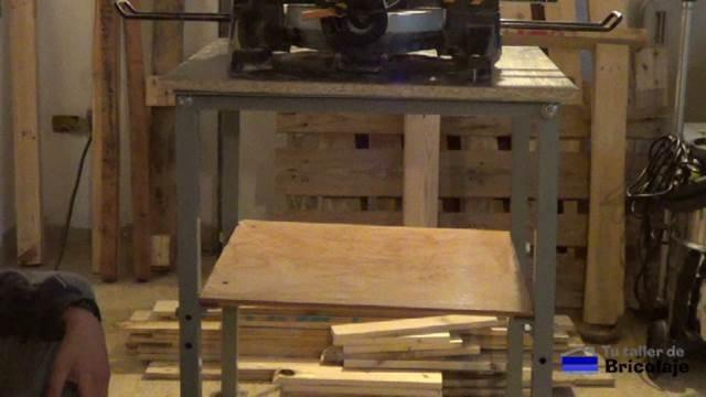 trasera de la mesa con tornillos para una máquina