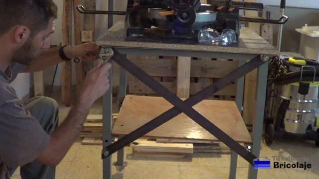 colocando las pletinas en la trasera de la mesa