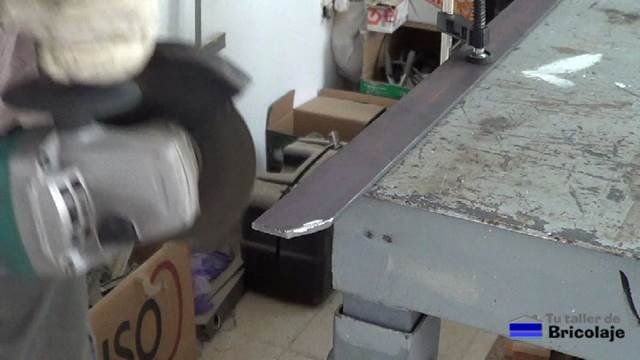 cortando con la amoladora o radial el sobrante de la pletina para poder integrarla en la trasera de la mesa