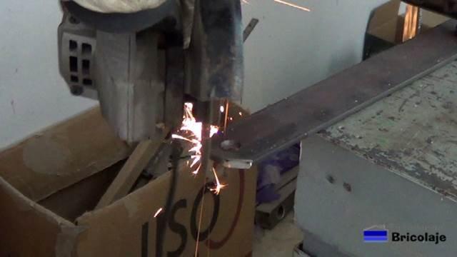 cortando los extremos de la pletina con la amoladora o radial