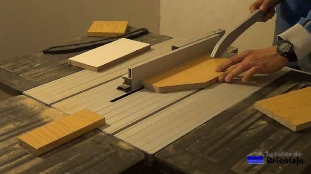 ranurando las piezas que formarán la caja de madera