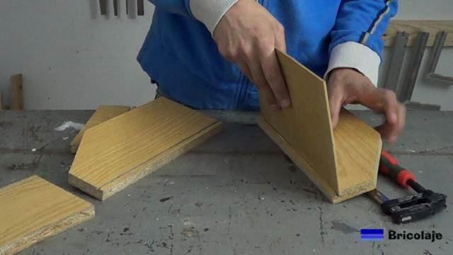 insertando el suelo de la caja en las ranuras del resto de las piezas