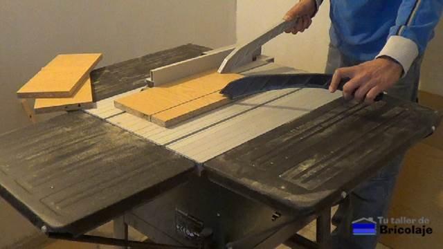 cortando la madera para realizar la caja