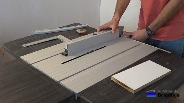 ajustando la máquina para hacer la platilla para el fondo de los cajones