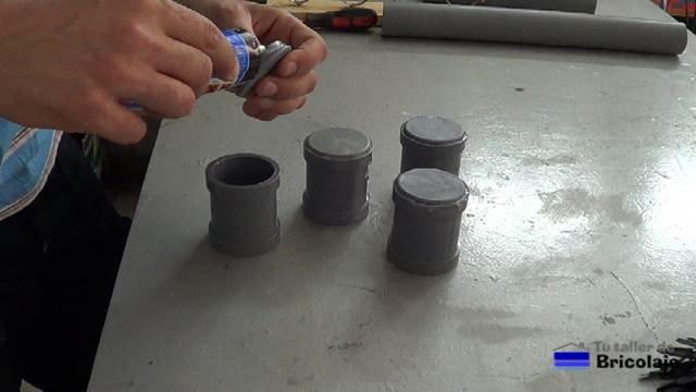 pegando los tapones a las anillas de pvc