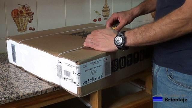 abriendo el embalaje de la nueva placa eléctrica de cocina
