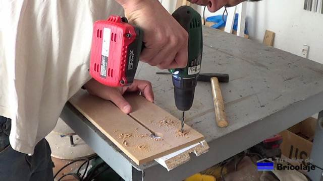 perforando en la plantilla las medidas de la base o fresadora para sujetarla