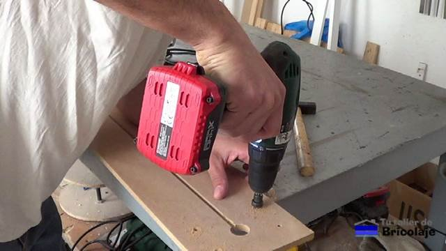 abriendo agujeros en la plantilla para sujetar la fresadora o router a la plantilla