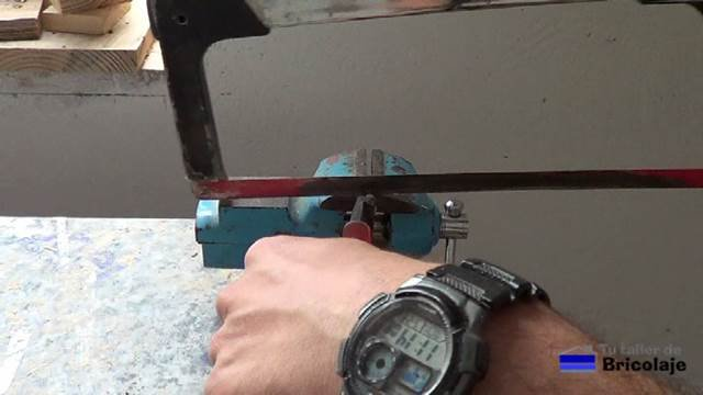 cortando el sobrante de los tornillos para sujetar la fresadora o router a la plantilla