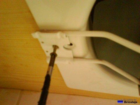 atornillando el extractor de aire para la cocina