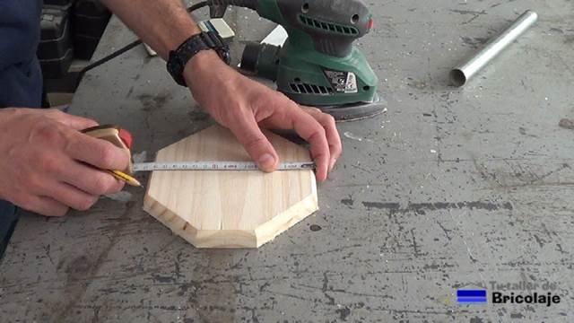 marcando el centro de la base del portarollos de cocina
